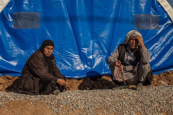 Flygtninge foran deres telt