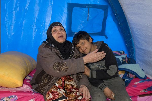 Blind kvinde med sit barnebarn