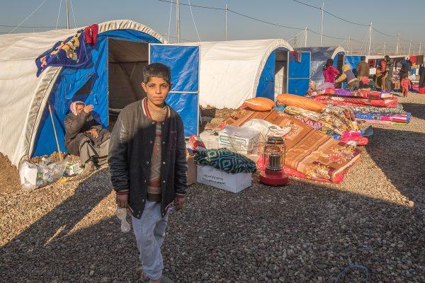 Flygtningdreng foran sit nye hjem
