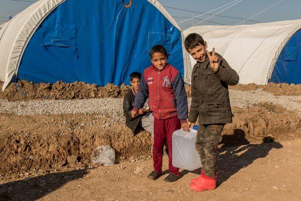 Flygtningdrenge slæber vand