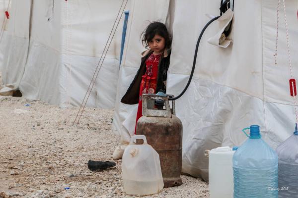 Yazidi pige foran telt