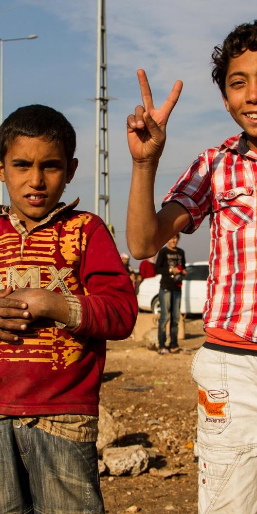 To drenge i flygtninglejer ved den syriske grænse