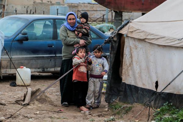 Yazidi familie foran telt